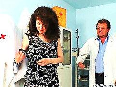 гинеколог, широко отворени путки, фетиш, сливи, бабички