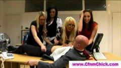 жена гол мъж, офис, шеф, реалити, чекия, женска доминация