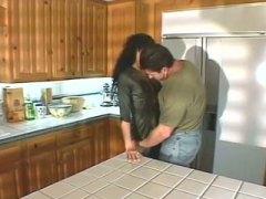 páry, kuchyně, amatérská videa, dvě na jednoho, svádění, zarostlý, brunetky, felace, vyvrcholení