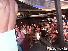 pari, ruskeaverikkö, suihinotto, nainen pukeissa mies alasti, juhla, syväkurkku