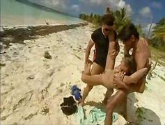 дълбоко проникване, плаж, групов секс, брюнетки