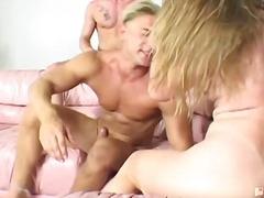 ruskeaverikkö, 2 miestä ja nainen, suudelma, kolmisin, kotiäiti, oraali, amatööri, anaali