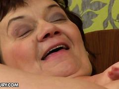isoäiti, teini, oraali, anaali, lesbo, isot rinnat, kypsä, suudelma, ruskeaverikkö