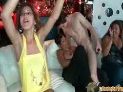 juhla, karjuseksi, strippaus, nainen pukeissa mies alasti