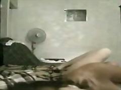 orgasm la webcam, pe canapea, sex cu degetul, ude