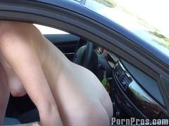 nahota na veřejnosti, v autě, kočky, koleje, prsa, zrzky