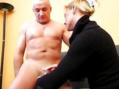 nainen pukeissa mies alasti, masturbaatio, käsityö